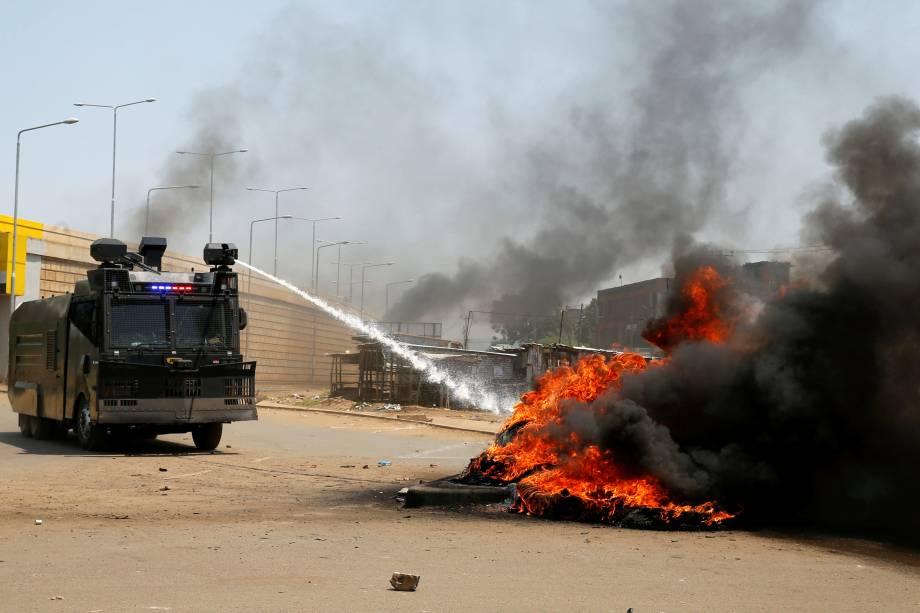 Caminhão de combate da polícia trabalha para conter uma barricada em chamas feita pelos manifestantes da oposição na cidade de Kisumu, no Quênia