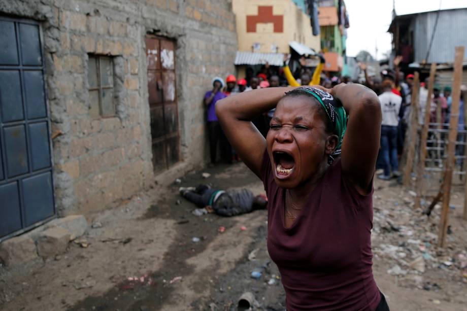 Mulher lamenta a morte de um manifestante durante o protesto contra o resultado das eleições, na favela de Mathare, em Nairobi, no Quênia