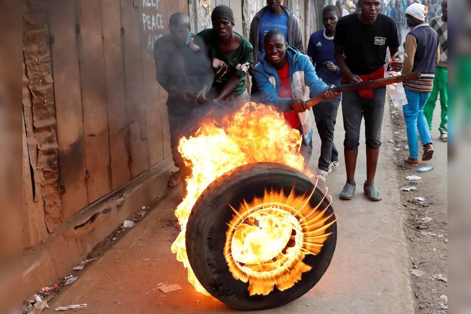 Manifestantes ateiam fogo em pneus para montar uma barricada durante protesto contra o resultado da eleição, na favela de Kibera, em Nairobi, no Quênia - 09/09/2017