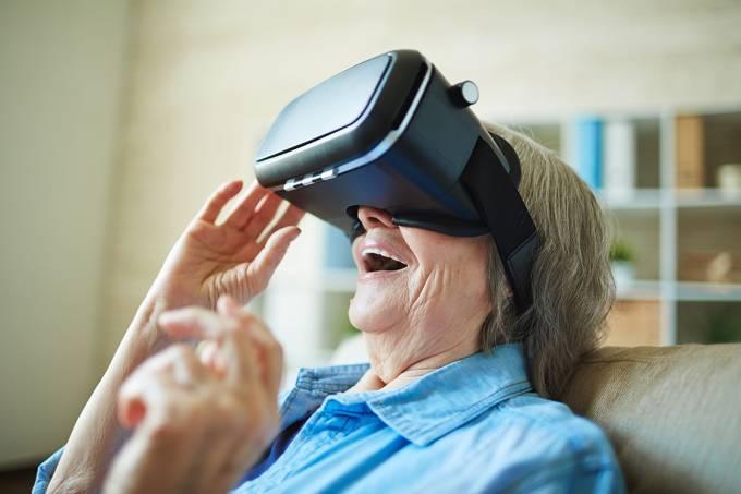 Idosa com óculos de realidade virtual