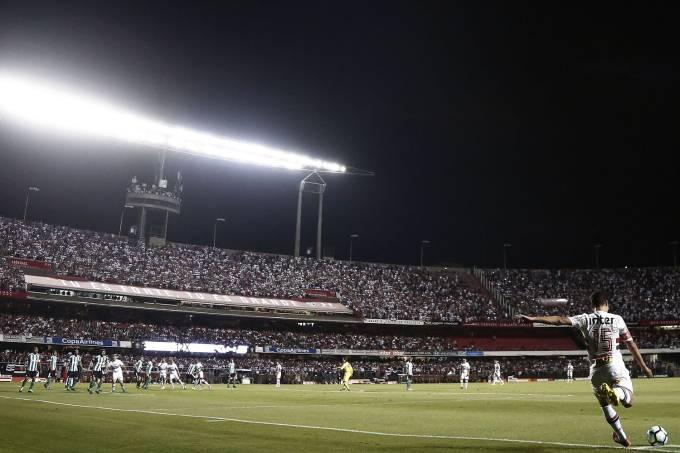 Hernanes cobra escanteio na partida entre São Paulo e Coritiba, no estádio do Morumbi