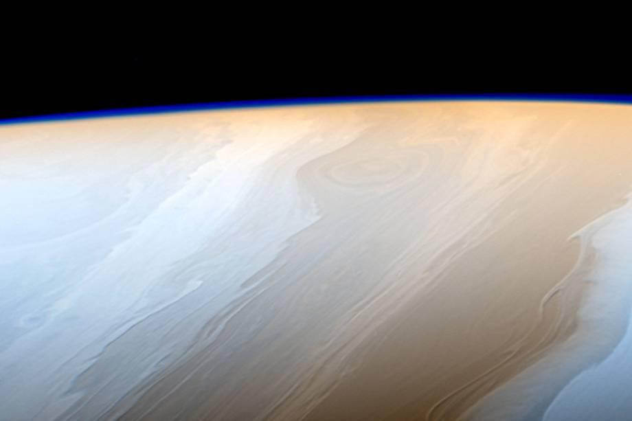 Nuvens de Saturno, que assumem uma forma semelhante a ondas, graças aos fluidos que interagem na atmosfera do planeta.