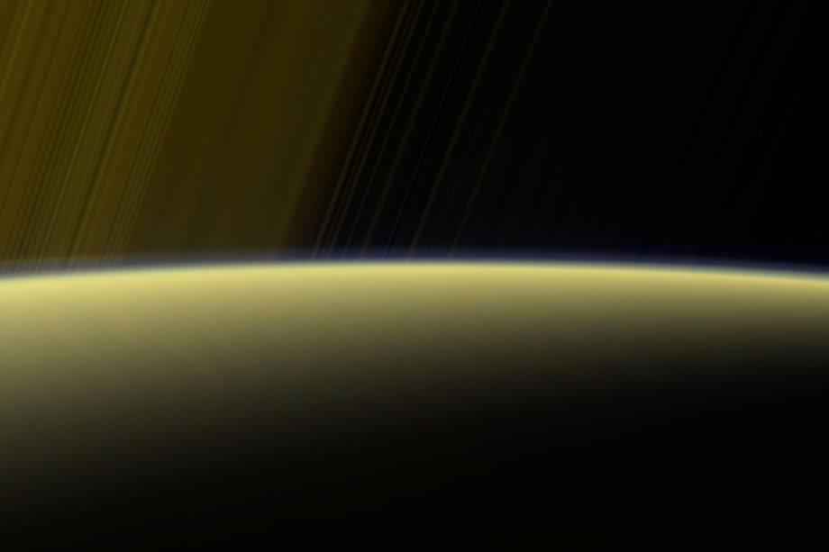 Esta imagem foi capturada durante um dos mergulhos de Cassini pelos anéis de Saturno. Ela mostra o horizonte iluminado do planeta gasoso, evidenciando a névoa que, assim como em Titã, também está presente em sua atmosfera.