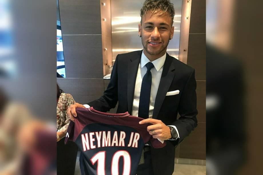 Neymar posa com a camisa do PSG