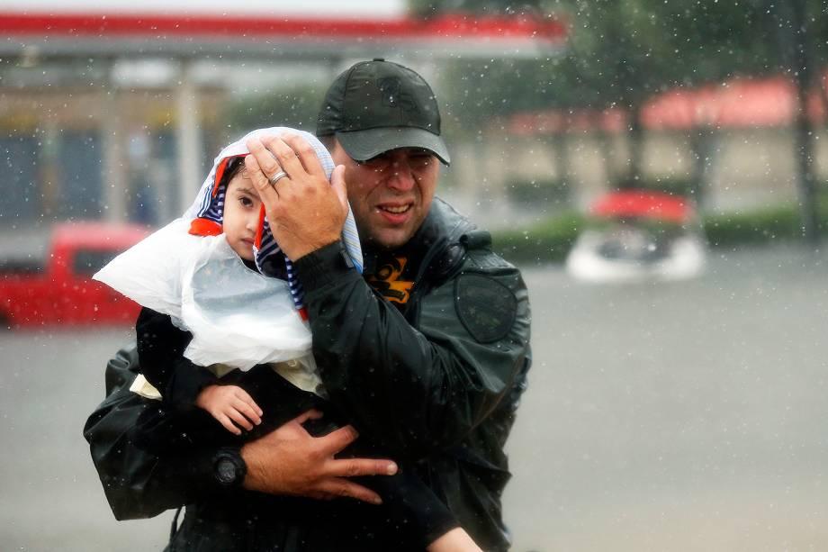 Criança é resgatada após inundações provocadas pela passagem do furacão Harvey em Houston, no estado americano do Texas - 30/08/2017