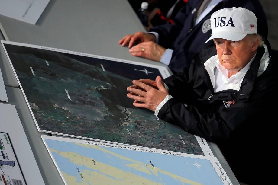 O presidente dos EUA, Donald Trump recebe informações sobre tempestade Harvey em Corpus Christi
