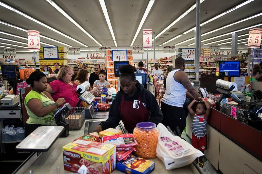 Pessoas fazem filas em supermercados após inundações provocadas pela passagem do furacão Harvey em Houston, no estado americano do Texas - 30/08/2017