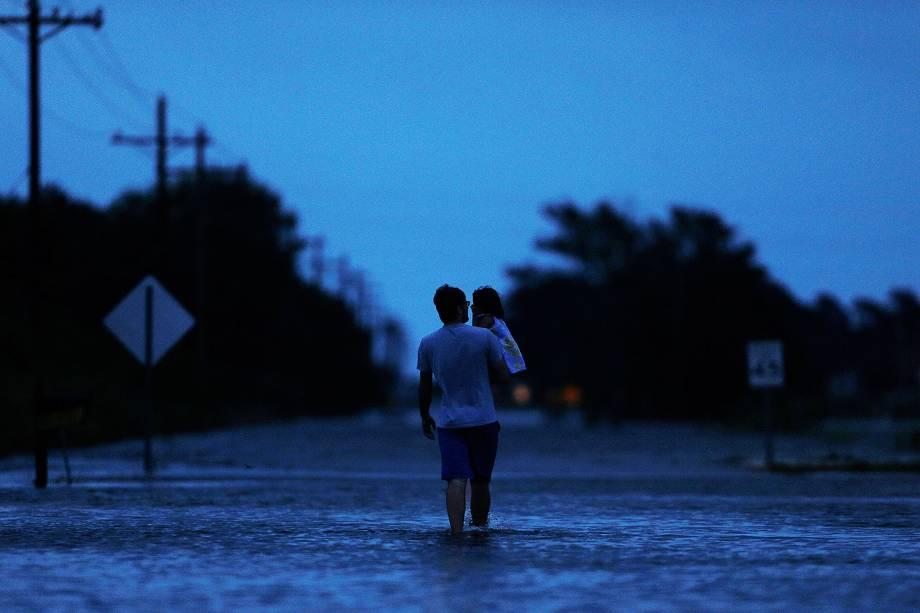 Homem caminha em rua alagada após inundações provocadas pela passagem do furacão Harvey em Houston, no estado americano do Texas - 30/08/2017