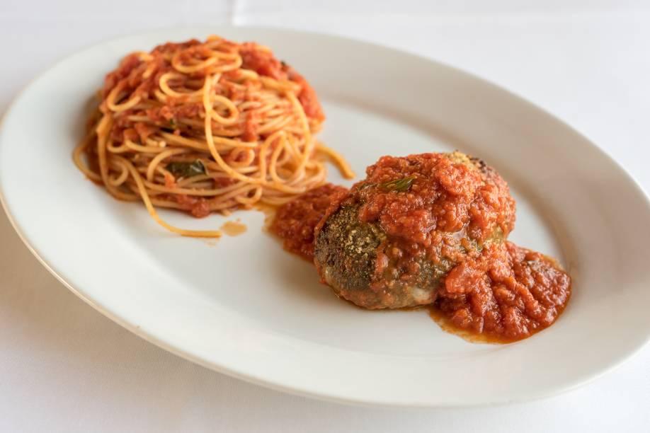 Polpettone recheado de queijo bel paese e mortadela italiana, assado ao forno acompanhado de spaghetti ao molho de tomate san marzano: prato que compõe o menu do festival