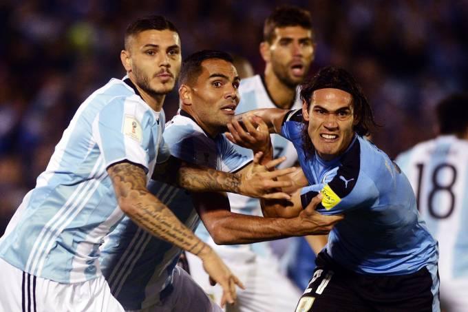 Jogadores durante lance na partida entre Uruguai e Argentina, no estádio Centenário em Motevidéo
