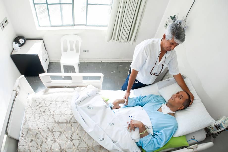 O vendedor Vanderlei Pimentel auxilia nos cuidados do filho Leidervan Pimentel no Hospital Auxiliar de Suzano na Grande São Paulo