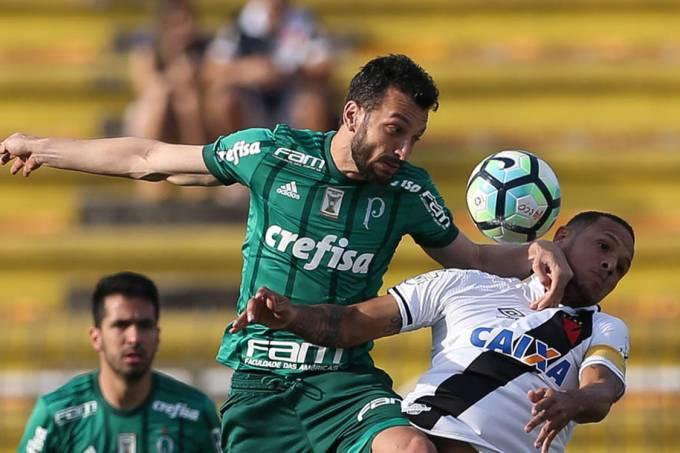 Edu Dracena disputa bola com o Luis Fabiano, durante partida entre Vasco e Palmeiras, em Volta Redonda