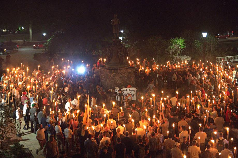 Supremacistas brancos se reúnem  na Universidade da Virgínia, em Charlottesville , para protestar contra a remoção de uma estátua de um general das forças da Confederação - 11/08/2017