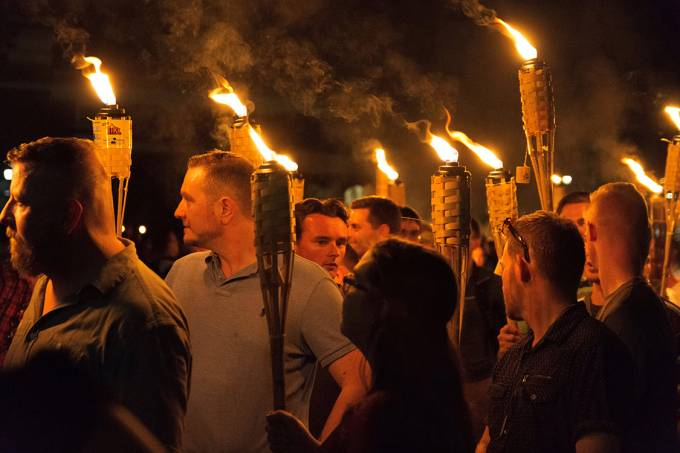 Supremacistas brancos se reúnem  na Universidade da Virgínia, em Charlottesville , para protestar contra a remoção de uma estátua de um general das forças da Confederação – 11/08/2017