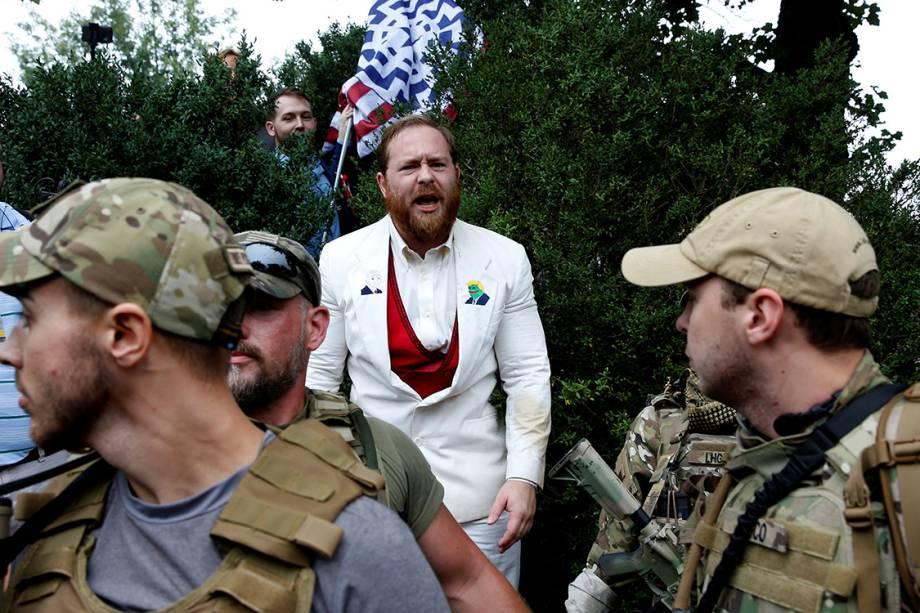 Supremacista branco se protege atrás de milicianos após discutir com opositor - 12/08/2017