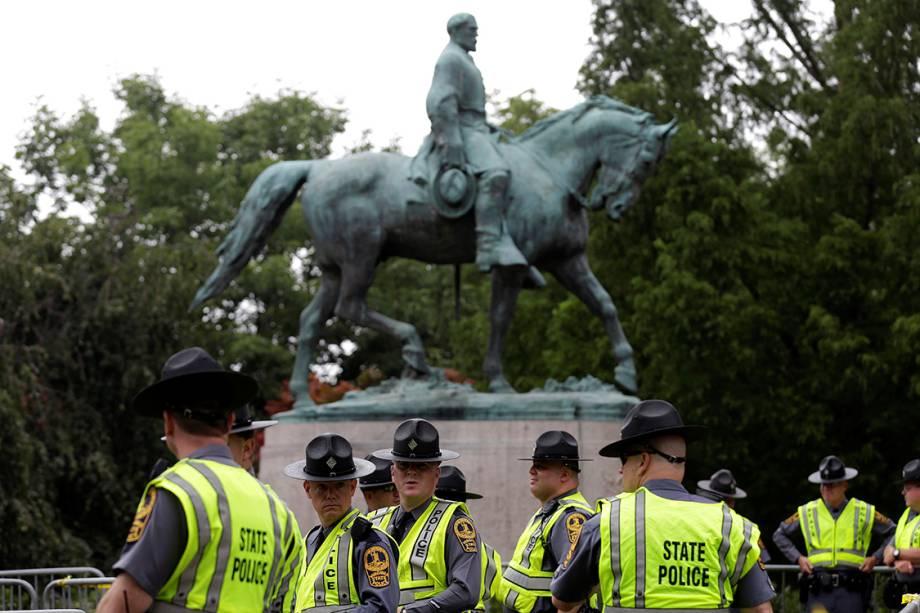 Policiais da Virginia montam guarda em frente a estatua de Robert E. Lee, durante manifestação de supremacistas brancos - 12/08/2017