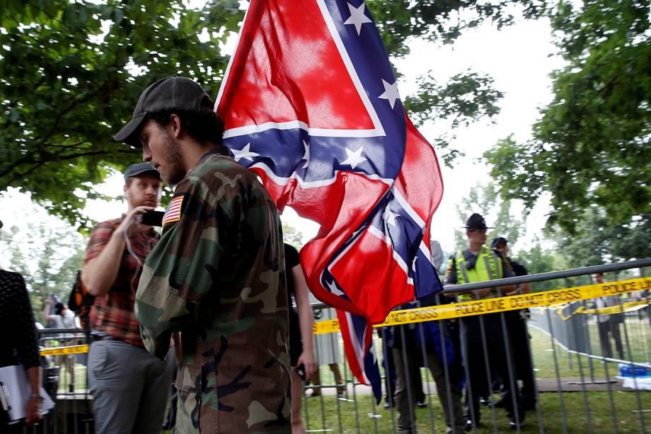 Supremacista branco carrega a bandeira dos Confederados, durante manifestação em Charlottesville, Virginia - 12/08/2017