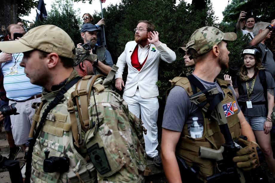 Supremacista branco provoca opositores, durante manifestação em Charlottesville, Virginia - 12/08/2017