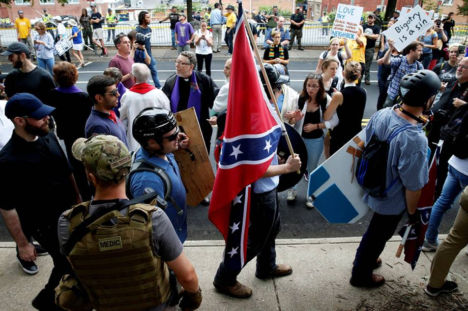 Supremacistas brancos durante manifestação em Charlottesville, Virginia - 12/08/2017