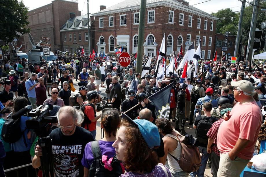 Supremacistas brancos e opositores ao movimento, se encontram durante manifestação em Charlottesville, Virginia - 12/08/2017