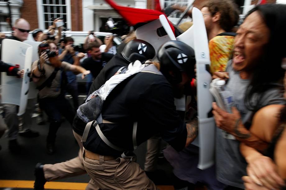 Supremacistas brancos entram em confronto com opositores do movimento em Charlottesville, Virginia - 12/08/2017