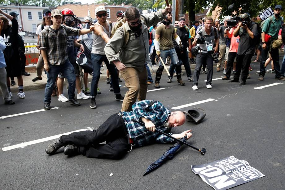 Supremacista branco ataca opositor manifestações que terminaram em confronto em Charlottesville, Virginia