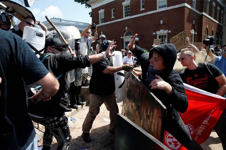 Supremacistas brancos entram em confronto contra opositores do movimento, em Charlottesville, Virginia