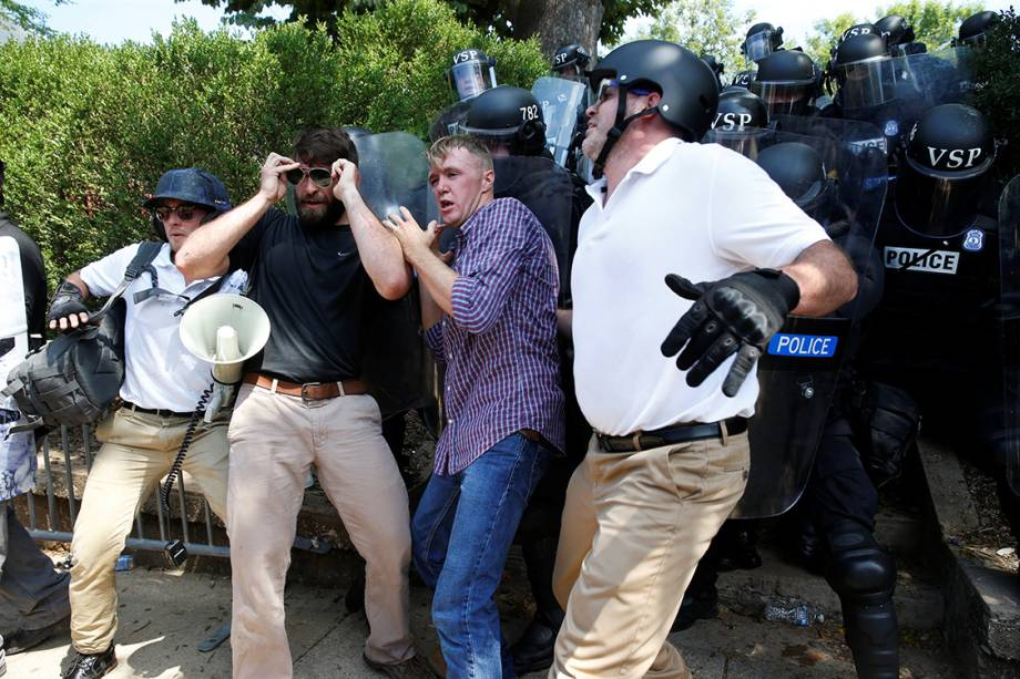 Polícia avança sobre supremacistas brancos durante manifestação em Charlottesville, Virginia