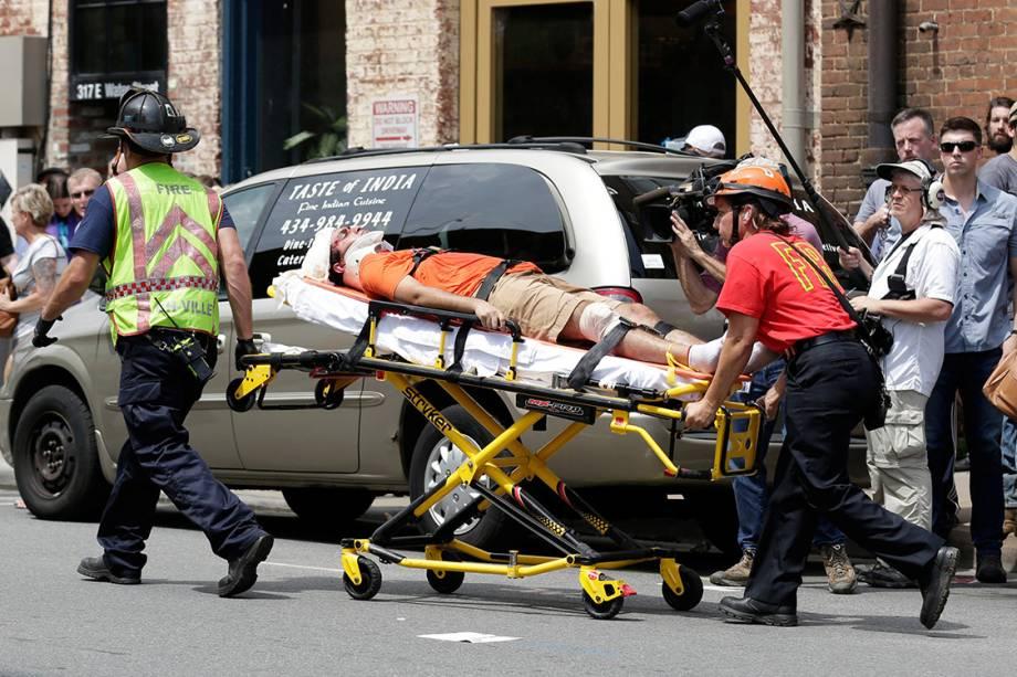 Equipes de resgate levam homem ferido por um carro que avançou sobre multidão que protestava contra supremacista brancos em Charlottesville, Virginia
