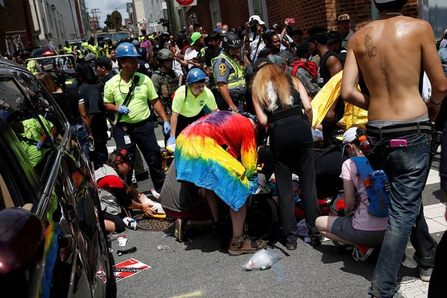 Manifestantes e equipes de resgate ajudam vítimas feridas por um carro que avançou sobre multidão que protesava contra supremacistas brancos em Charlottesville, Virginia - 12/08/2017