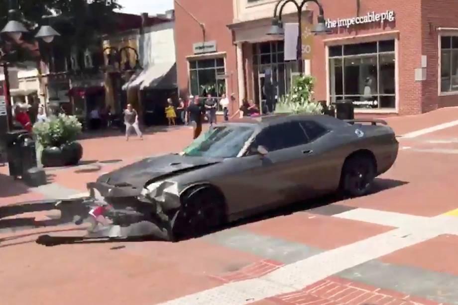Veículo é visto dando ré logo após avançar sobre multidão que protestava contra supremacistas brancos em Charlottesville, Virginia