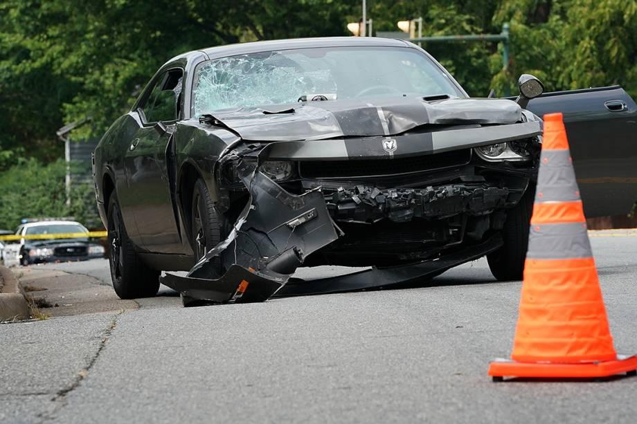 Veículo destruído é visto após avançar sobre multidão que protestava contra supremacistas brancos em Charlottesville, Virginia