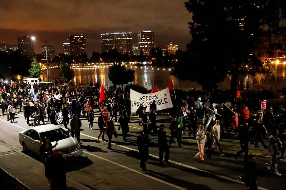 Milhares de pessoas saíram às ruas para protestar contra supremacistas brancos em Oakland, California