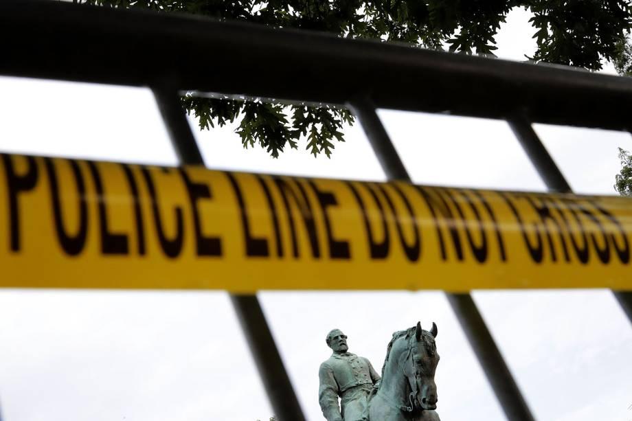 A estátua do general confederado Robert E. Lee é isolada um dia após as manifestações em Charlottesville, Virginia