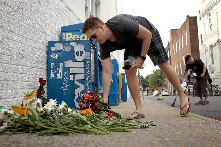 Homem presta homenagem à vítima da manifestação em Charlottesville, Virginia