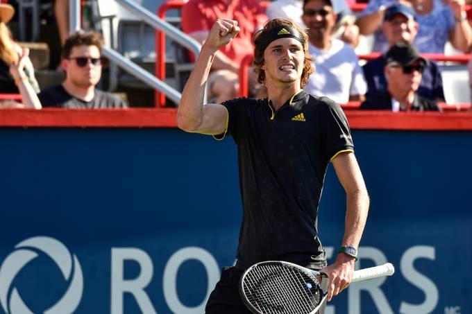 O alemão Alexander Zverev comemora após marcar ponto sobre Federer, durante o Rogers Cup, no Canadá