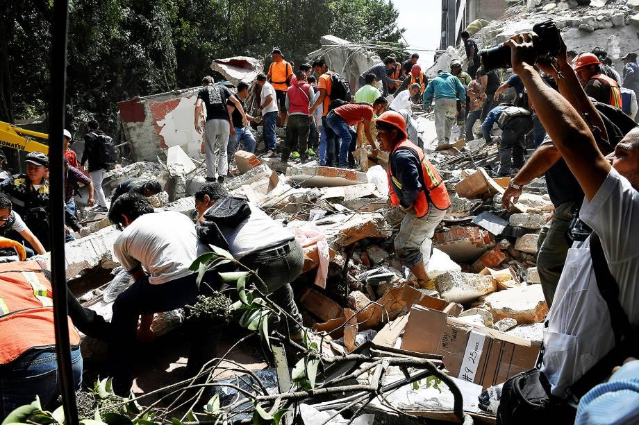 Pessoas procuram por sobreviventes embaixo de escombros deixados por terremoto de magnitude 7.1, na Cidade do México - 19/09/2017