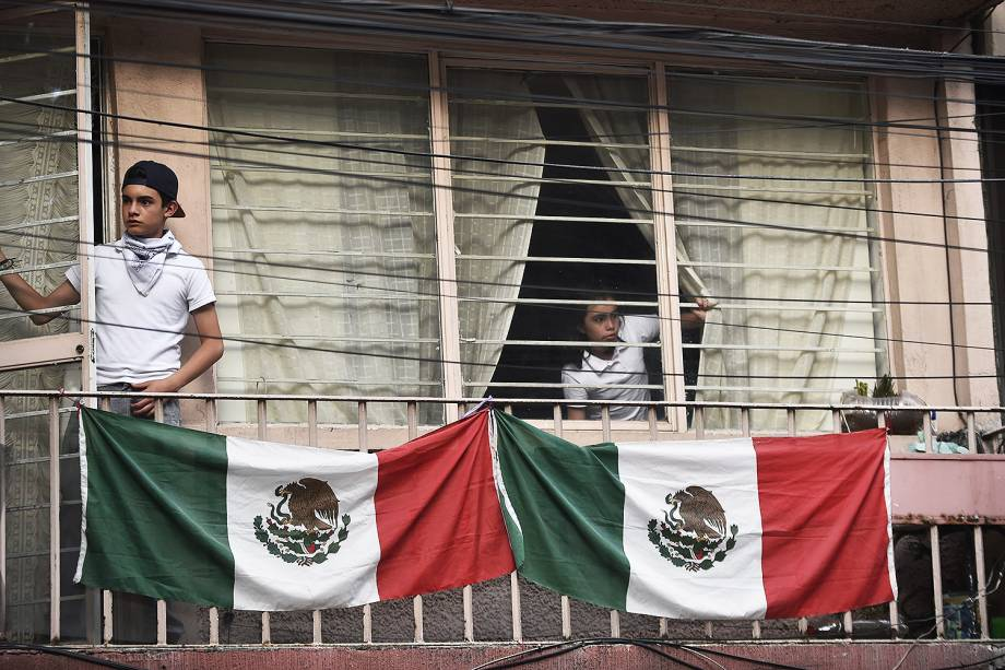 Casal observa da janela após terremoto atingir Cidade do México - 19/09/2017