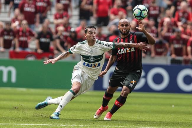 Rildo, do Coritiba, em lance de disputa de bola com Jonathan, do Atlético-PR, durante partida válida pela 23º rodada do Campeonato Brasileiro