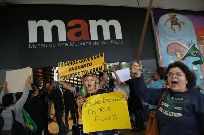 Protesto contra pedofilia e a erotização infantil no MAM/artista se apresenta nu