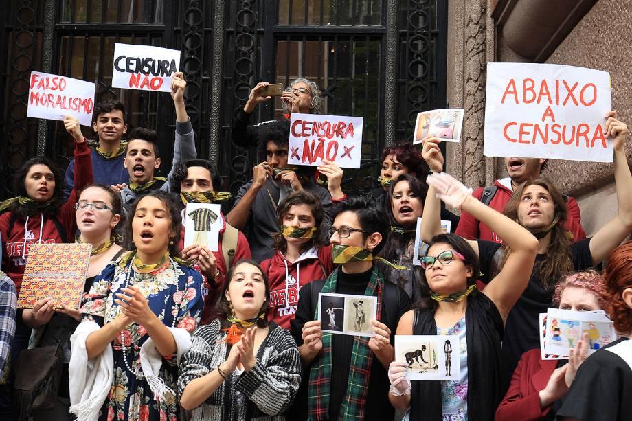 Protesto em frente ao Santander Cultural, no Centro de Porto Alegre, terminou em confronto entre manifestantes contrários e favoráveis ao cancelamento da exposição Queermuseu - 12/09/2017