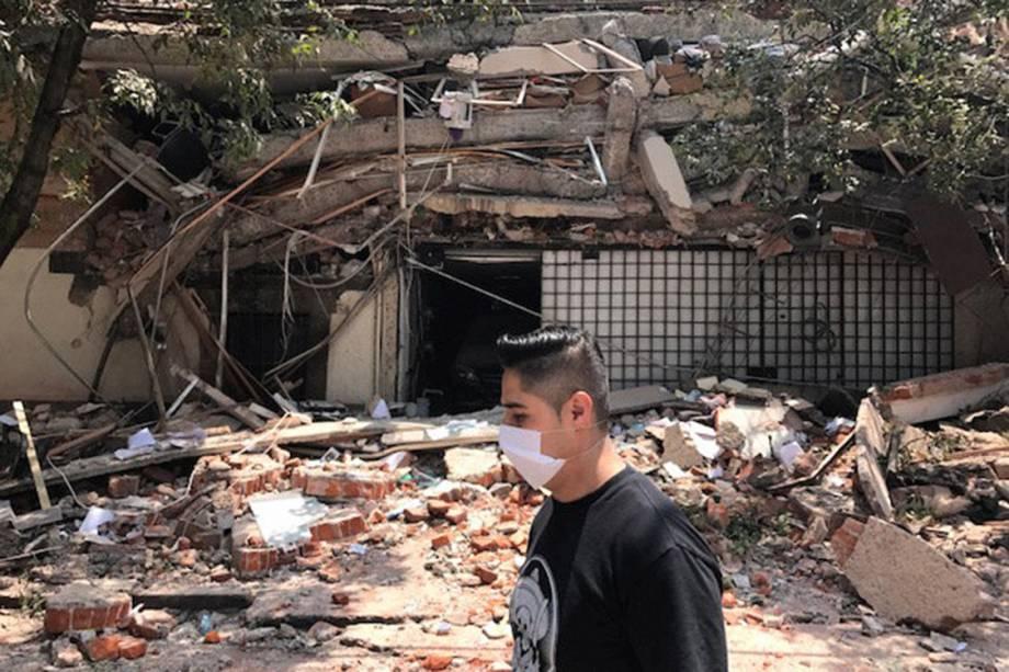 Pessoa passa em frente à região afetada pelo terremoto que atingiu a Cidade do México, no México - 19/09/2017