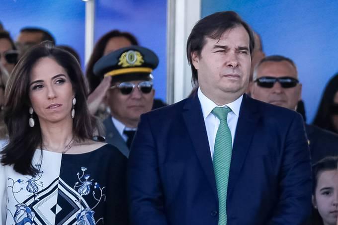 O presidente da Câmara dos Deputados, Rodrigo Maia, ao lado de sua esposa Patrícia Maia, durante o desfile de 7 de setembro, em Brasília