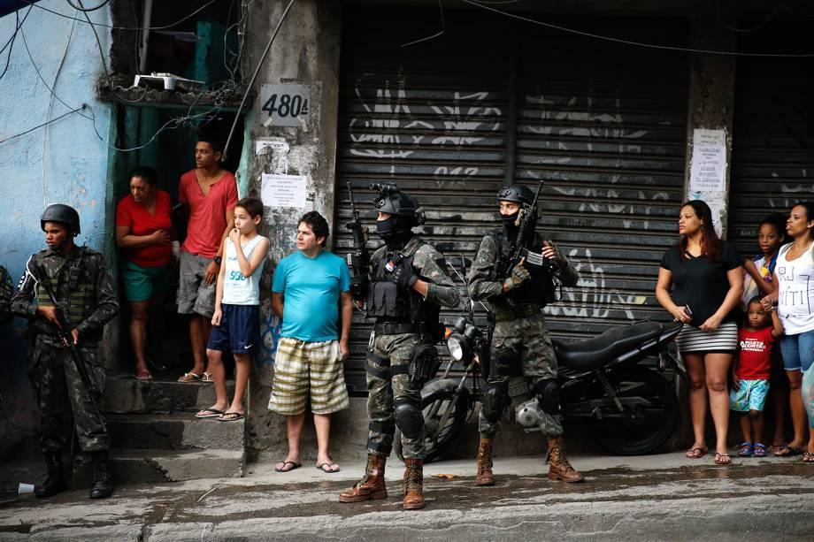 Militares do Exército e Aeronáutica iniciam cerco à Rocinha - 22/09/2017