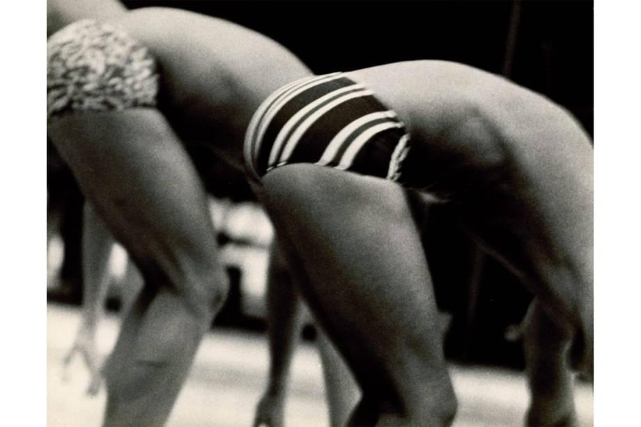 Alair Gomes fotografa os atletas masculinos na cidade do Rio de Janeiro, remontando características homoeróticas das esculturas da Grécia antiga