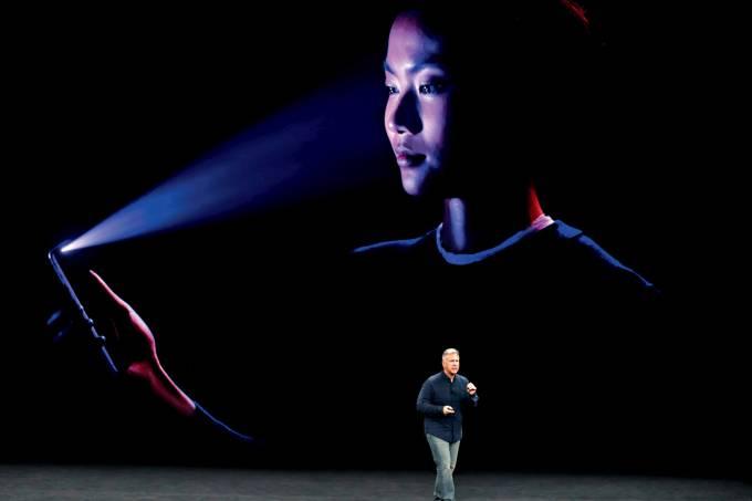 Ele te vê – O novo smartphone, exibido pelo VP Phil Schiller: apelo esperto