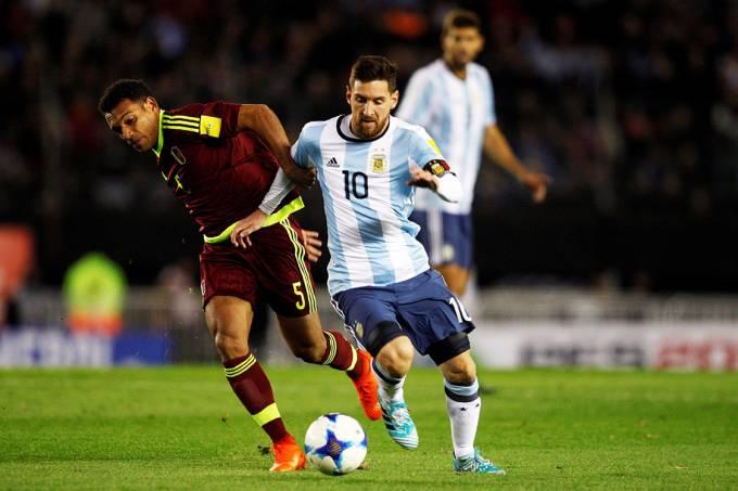 Messi e Figuera durante disputa de bola no jogo entre Argentina e Venezuela, em Buenos Aires