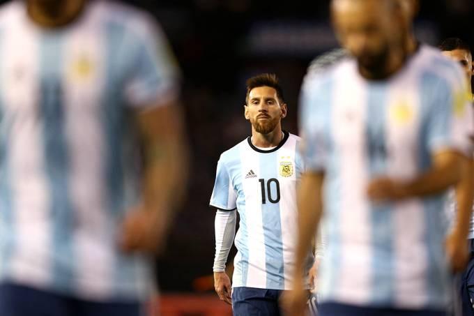 Jogadores da Argentina lamentam empate com a Venezuela, pela Eliminatórias da Copa da Rússia, em Buenos Aires