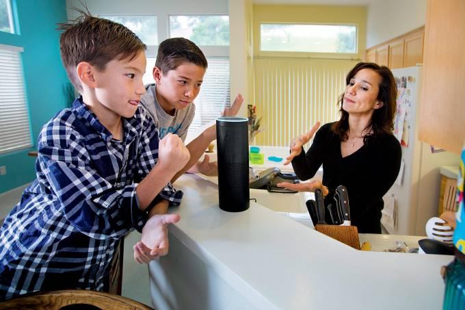 """MEMBRO NOVO NA FAMÍLIA – Mais de 8 milhões de famílias — americanas, em sua maioria — já têm um dispositivo doméstico de assistência virtual. Trata-se de um hardware capaz de responder a perguntas como """"Quanto demoro para chegar ao trabalho?"""" e executar comandos do tipo """"Toque uma música dos Beatles"""" ou """"Leia as notícias do dia"""". O mais popular desses aparelhos é o Alexa, da Amazon, e há versões de marcas como Google e Microsoft. A Alexa realiza 15000 tarefas. Como se trata de uma IA que """"aprende"""" sozinha com o tempo, pouco mais de 5000 desses serviços, segundo a Amazon, foram assimilados por ela entre fevereiro e julho deste ano."""