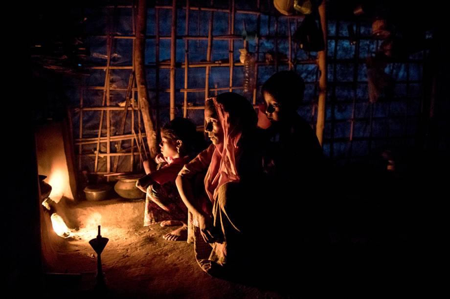 Mulçumanos rohyngias sentam em frente a uma fogueira, em um acampamento para refugiados, em Bangladesh - 08/09/2017